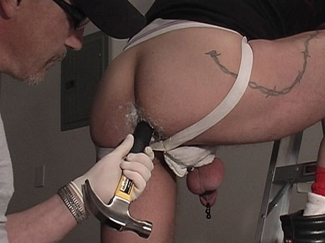 Gay Bears Hairy : Hard working hairy guy acquires hammer in his arse!