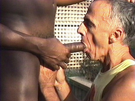 080 Interracial gay sucking with two geezers