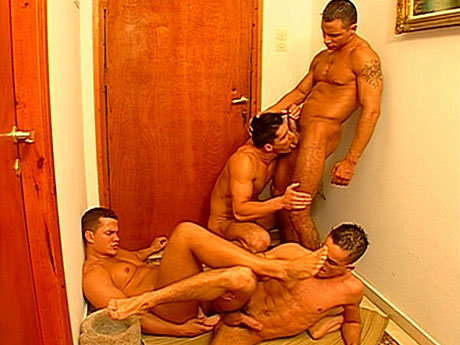 Gay Muscle Men : Arse drilling and 10-Pounder engulfing foursome!