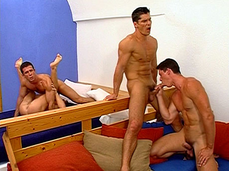 Gay Muscle Men : Undressed gym rats blow and lick booty!