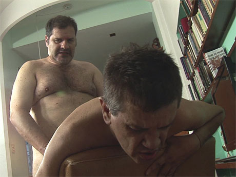 Gay Mature Men : Rough xxx in the living appartment for older gay daddies!